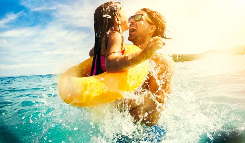 padre e hija jugando en el agua