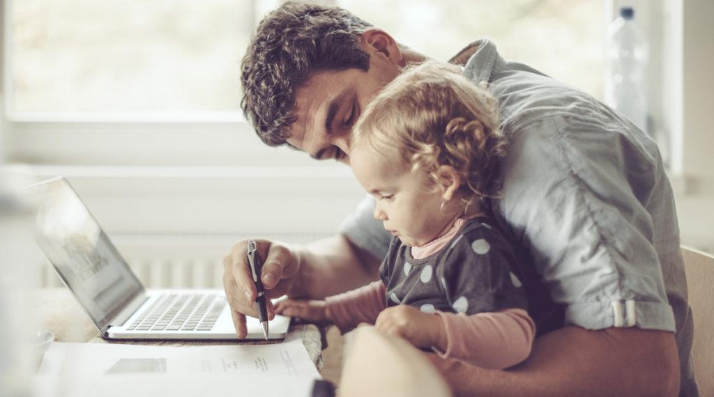 un papá y su niña frente al portatil - nuevas tecnologías en familia